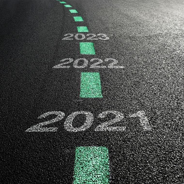 """Alt=""""Management von Elektronik- und Halbleiterlieferketten. Jahreszahlen von 2021, 2022, 2023 und eine Straße."""""""